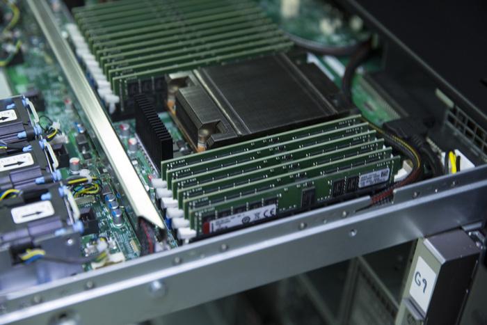 AMD представила две новые модели серверных процессоров EPYC 2го поколения