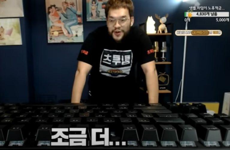 Южнокорейский блогер сыграл в первый StarCraft на гигантской клавиатуре