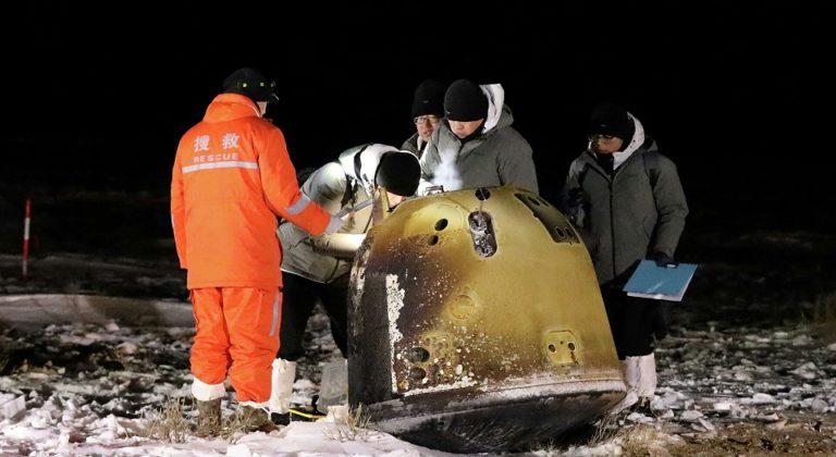 Китайская станция Чанъэ-5 вернулась с лунным грунтом на Землю