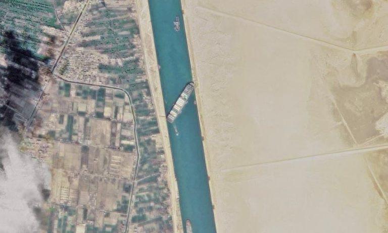 Попытка снять с мели контейнеровоз «EVERGREEN» в Суэцком канале провалилась (обновлено 29.03.21)