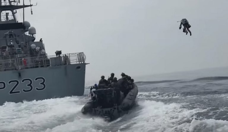 Британские военные проводят учения по захвату корабля с помощью летающего десантника