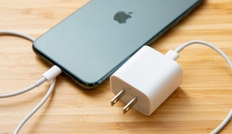 Бразильский суд обязал Apple предоставить зарядное устройство к купленному Iphone 12