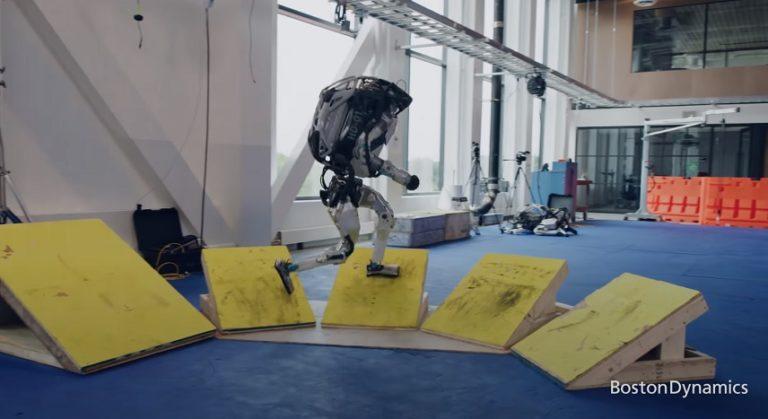 Роботы Boston Dynamics покоряют полосу препятствий и делают сальто